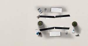 Ein Tisch mit Displays und Tastaturen
